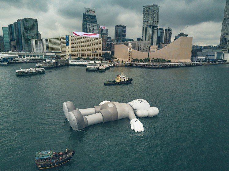 KAWS以全新灰調、總長37米躺臥姿態登場,這也是KAWS至今最大型臥姿公共藝術...