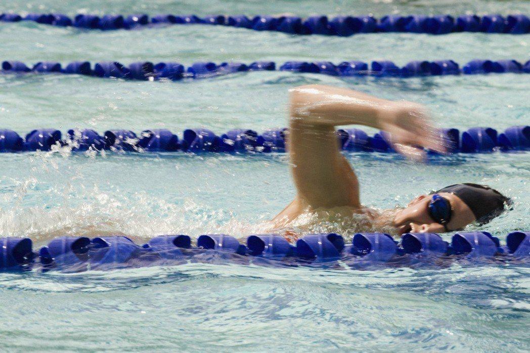 有氧運動就是會令人發喘的運動,像游泳可以消耗熱量。圖/ingimage