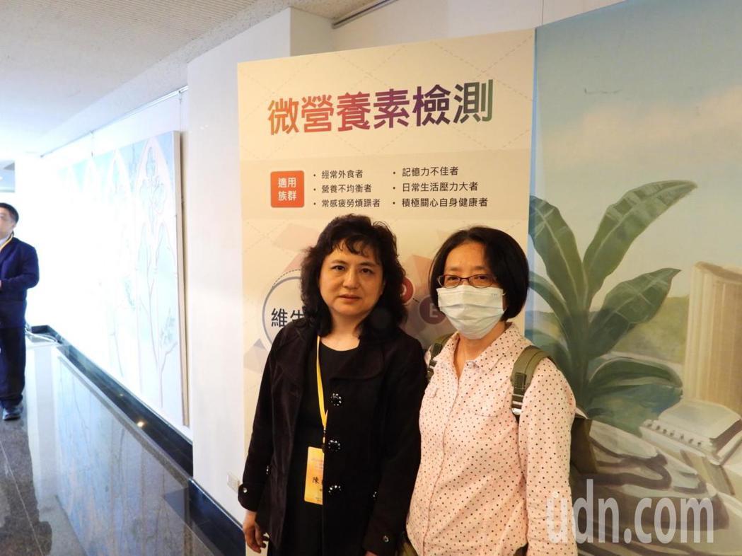 奇美醫學中心疼痛科主任陳貞吟(左)查出謝姓患者疼痛10多年是因缺乏維他命。記者周...
