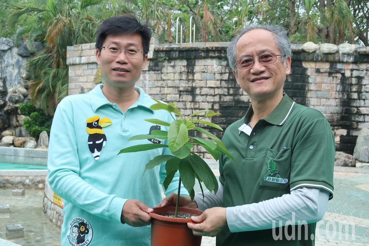 愛種樹公司董事長林資雄(右)與壽山動物園主任莊絢智(左),一同推動種樹活動。記者...