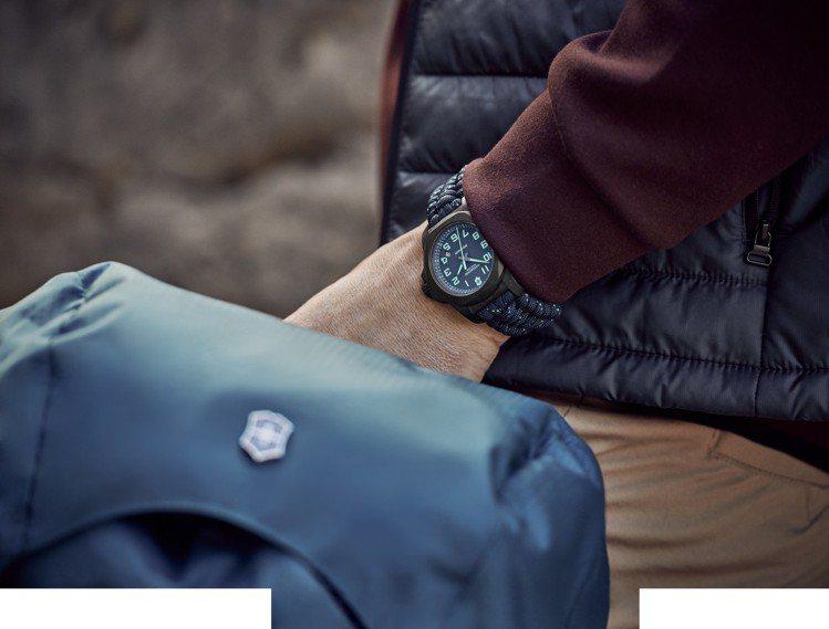 I.N.O.X. Carbon 43毫米碳纖維腕表藍色款,33,000元。圖/瑞...