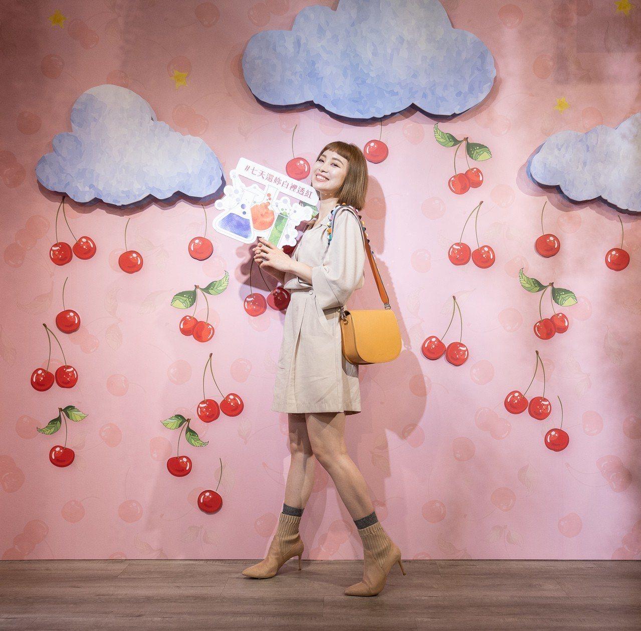 時尚潮流新人妻-陳彤彤最愛的活力櫻桃屋場景是「雲朵櫻桃牆」。 圖/克蘭詩提供