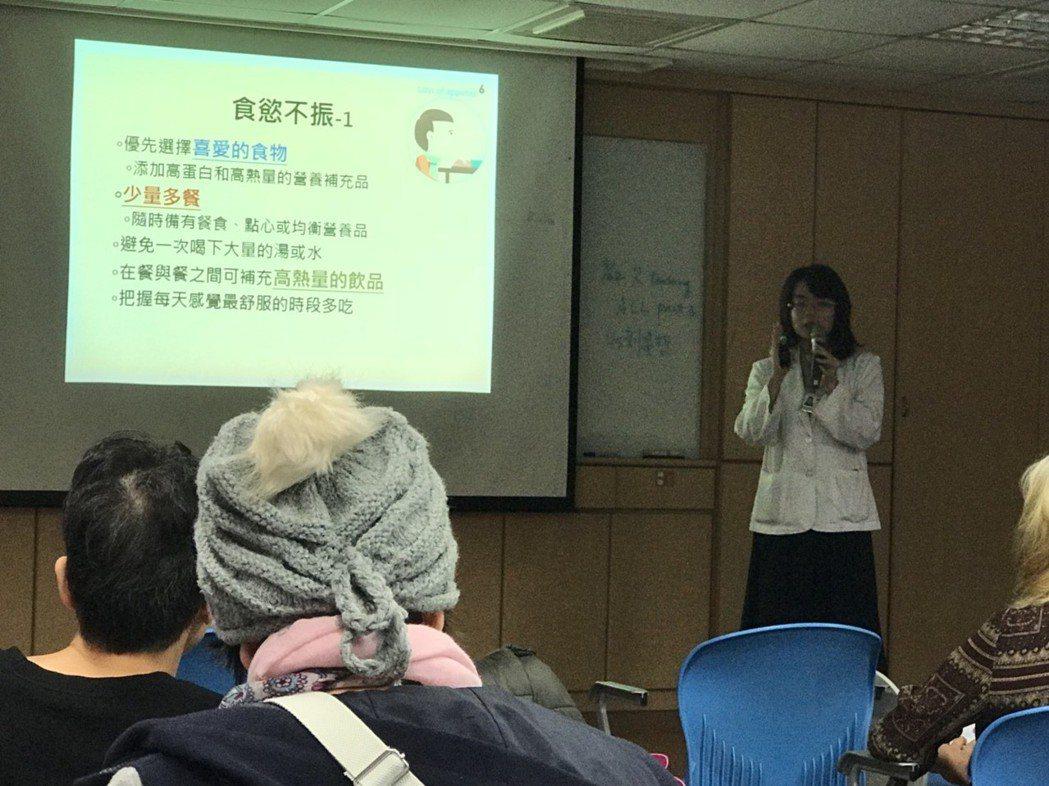 馬偕醫院營養師黃彥寧說,在化療過程中,癌友其實六大類食物都能攝取,只是在攝取量的...