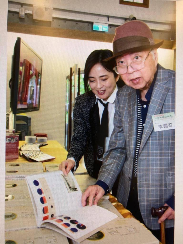 李錫奇2017年11月出席文化部舉辦「家庭美術館─美術家傳記叢書」發表記者會。圖...