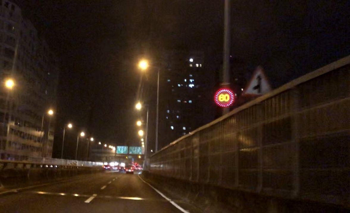 高雄市警方在銜接國道10號末端的大中高架橋上,增LED速限標誌,希望能幫駕駛人看...