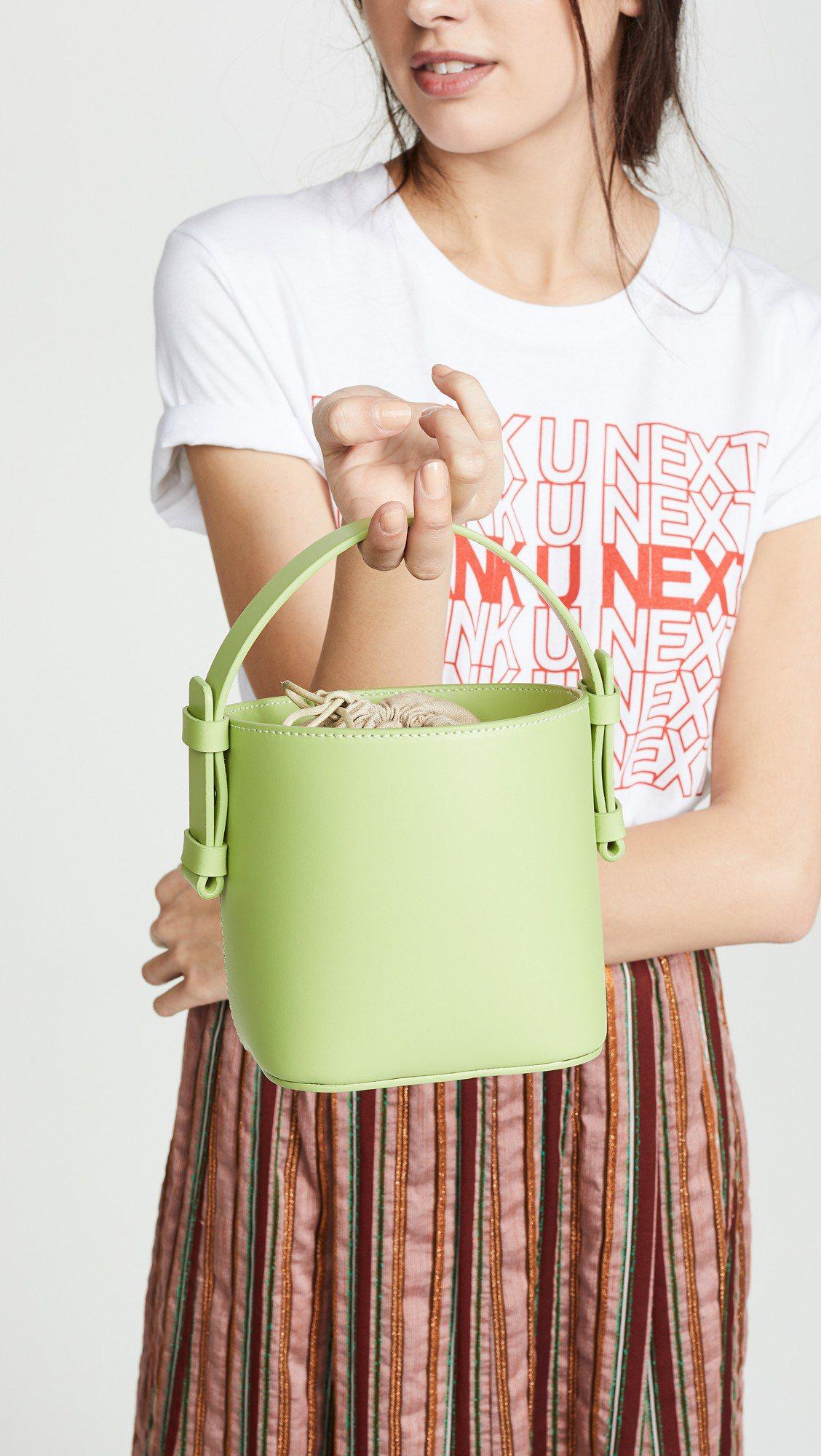 淡青草綠色的Nico Giani Adenia迷你桶包可搭配墨綠,豆綠,海水綠等...