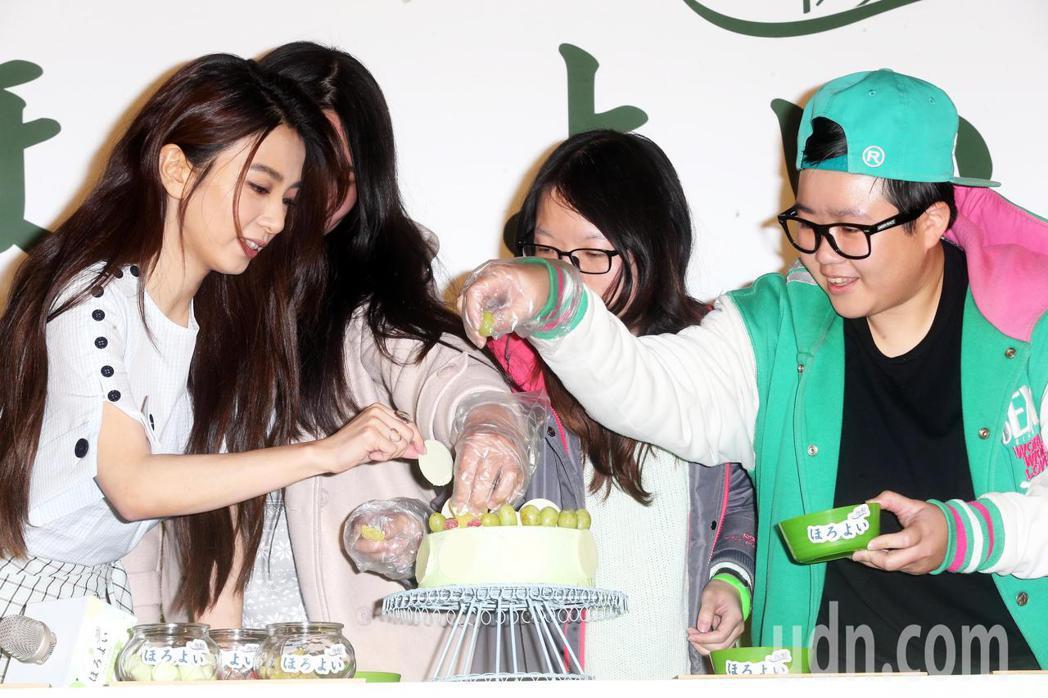 田馥甄(左一)今天出席微醺生日派對與粉絲一起裝飾生日蛋糕。記者徐兆玄/攝影