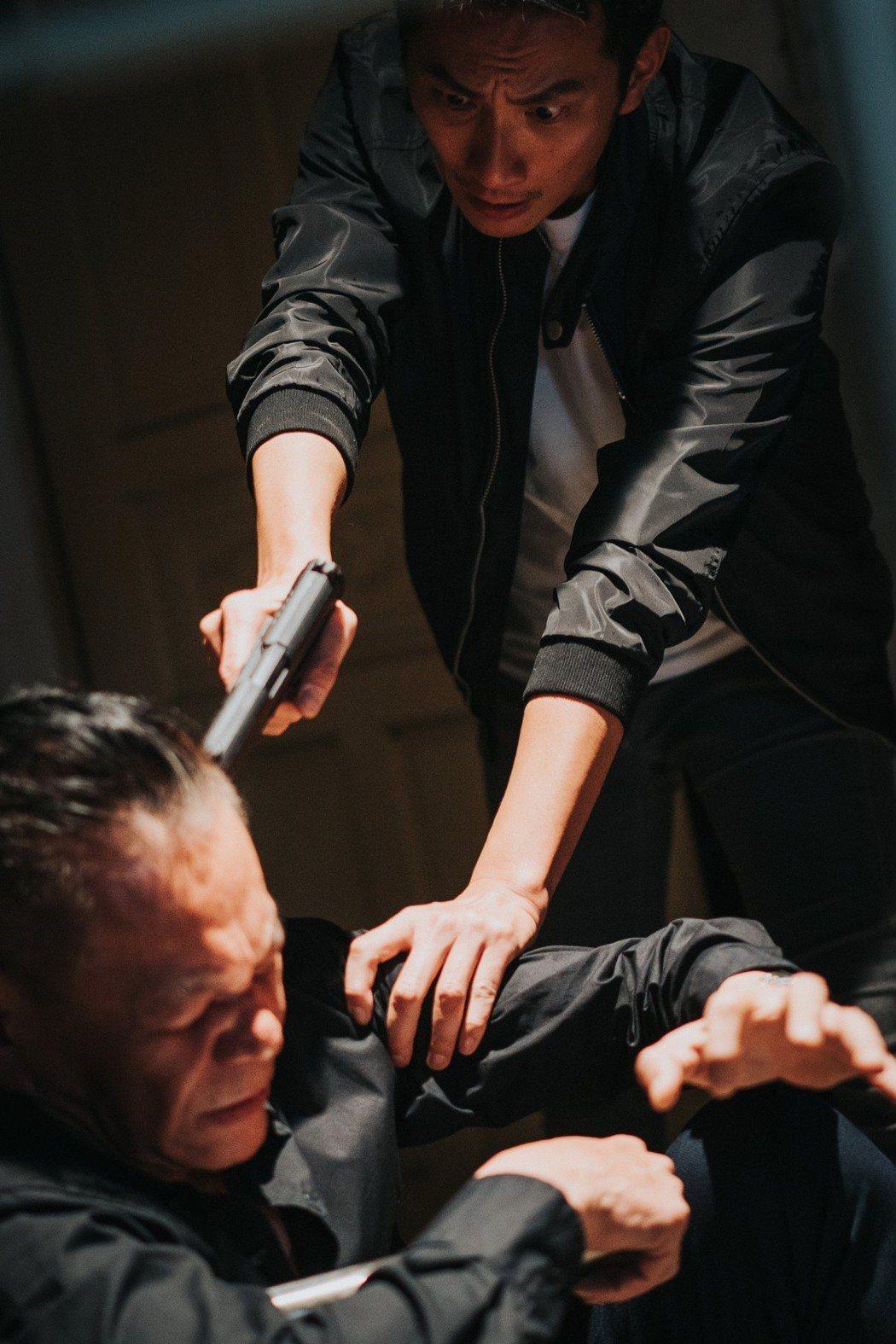 李辰翔(右)在「忘川」中飾演為父報仇的警察。圖/華視提供