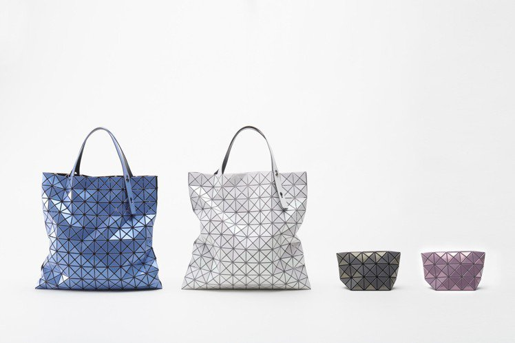 (左)星火菱格L經典包17,600元、(右)星火菱格化妝包5,600元。圖/IS...