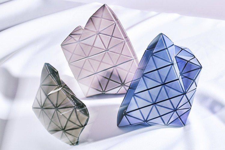 星火菱格系列以消光金屬的材質增添科技感。圖/ISSEY MIYAKE提供