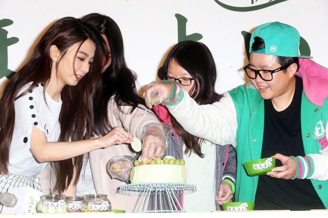 Hebe田馥甄(左一)出席微醺生日派對與粉絲一起裝飾生日蛋糕。記者徐兆玄/攝影
