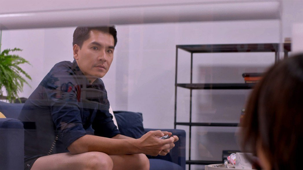 王傳一在「愛情白皮書」中丟偶包,僅穿內褲打電動。圖/東森提供