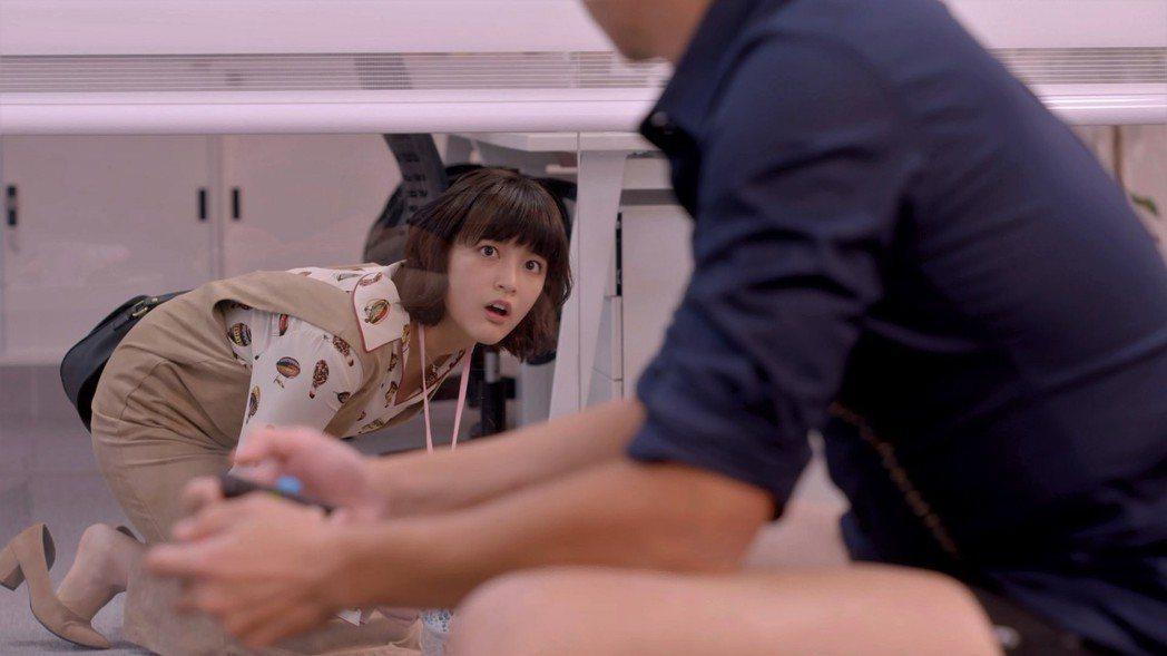 王傳一在「愛情白皮書」戲中穿內褲打電動,王淨見狀囧爆。圖/東森提供