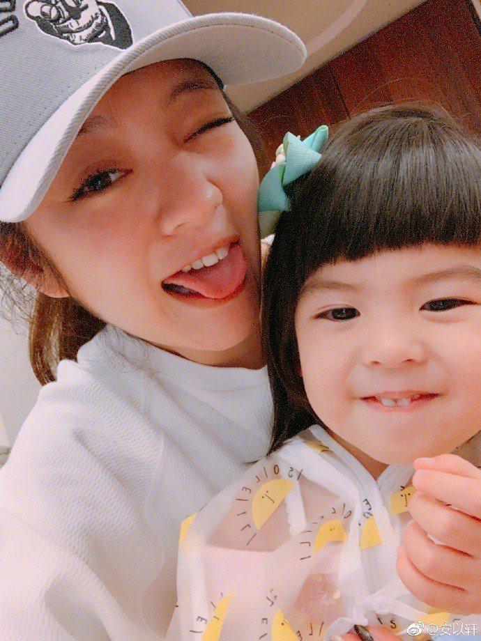 安以軒開心抱著可愛的Bo妞。圖/摘自微博
