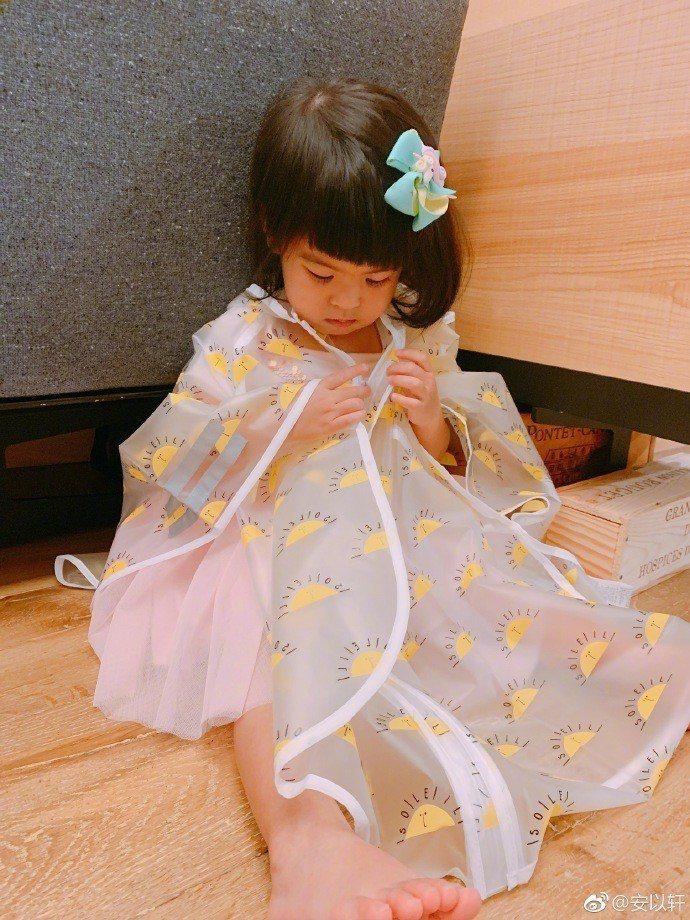 安以軒不忘笑賈靜雯把Bo妞的瀏海剪斜了。圖/摘自微博