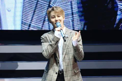 前WANNA ONE成員河成雲23日在台北國際會議中心舉辦個人見面會,他昨天過25歲生日,粉絲一開場就高唱韓文版的「生日快樂」歌,河成雲也一起跟著唱,感謝稱讚:「謝謝大家,唱得真好。」粉絲先禮後兵,...
