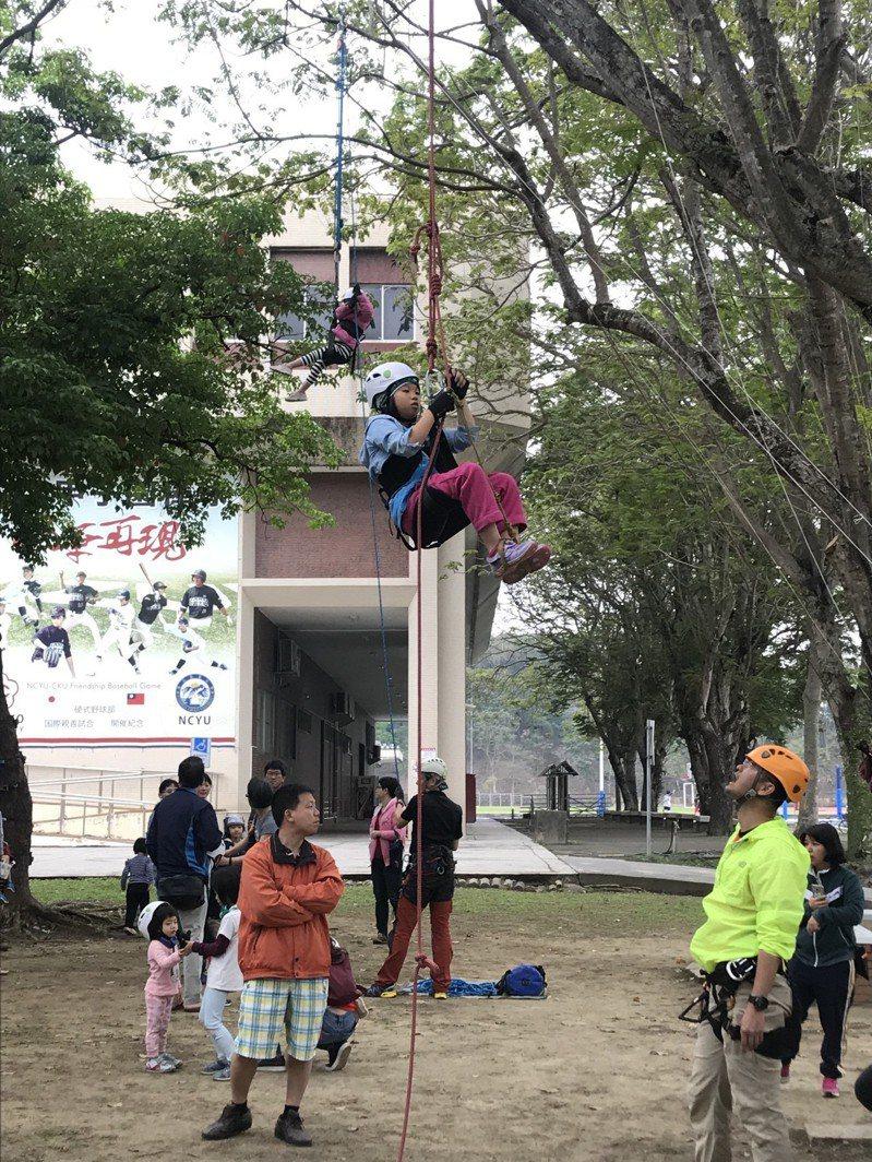 嘉義大學森林暨自然資源學系即日起至24日舉辦森林週「留下來一起森活」活動,極具挑戰性的攀樹課程,深受民眾喜愛。記者姜宜菁/攝影