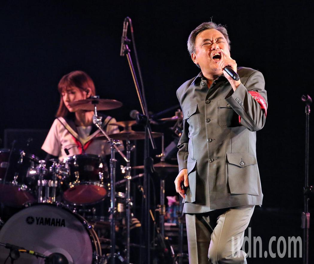 陳昇今天在華山舉行演唱會,上演脫衣戲碼逗樂現場歌迷。記者鄭清元/攝影