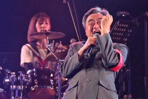 陳昇今天在台北華山Legacy舉行演唱會,帶來「蘑菇蘑菇」、「然而」、「最後一次的溫柔」等經典歌曲,陳昇與表演團隊穿著日本高校風開場,中間陳昇還一度上演脫衣戲碼,逗樂全場歌迷。