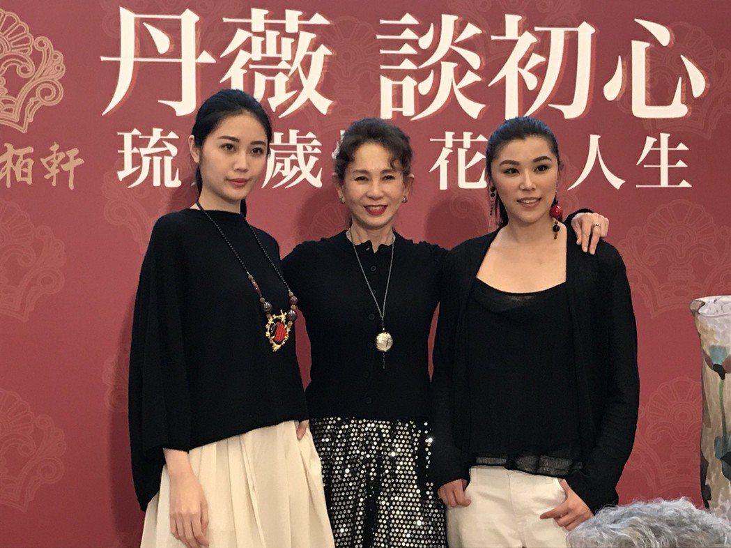周丹薇與模特兒一同展現琉璃作品 inhabit品牌衣服合影。記者李珣瑛/攝影