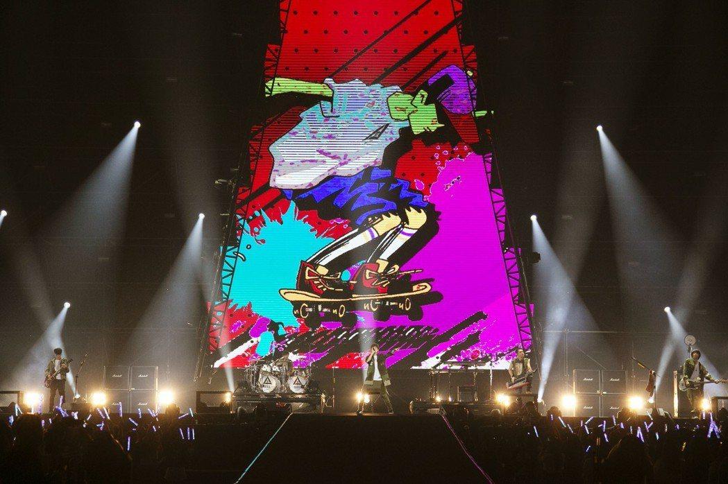 八三夭首度站上高雄巨蛋,舉辦「一事無成的偉大」世界巡迴演唱會。圖/JUSTLIV...