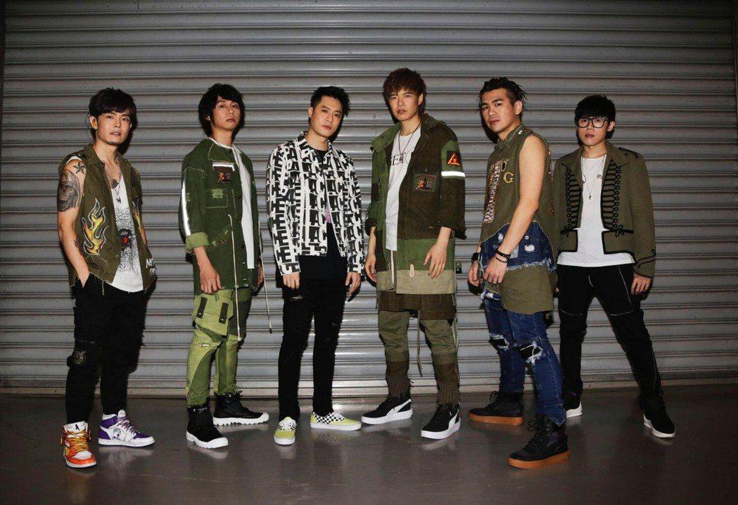 八三夭邀來周湯豪(左三)擔任演唱會嘉賓。圖/JUSTLIVE提供