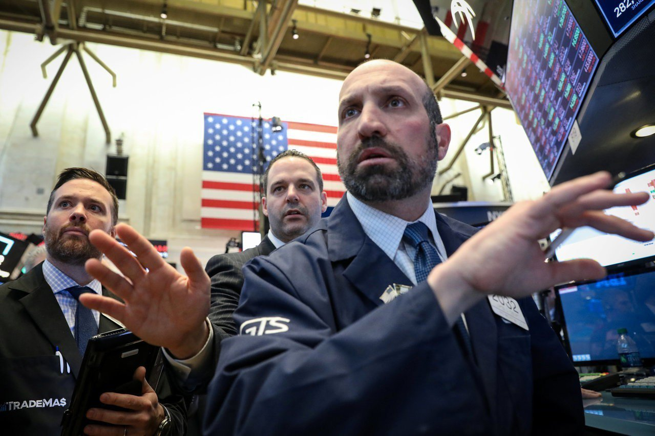 美債殖利率曲線周五(22日)出現倒掛,市場嚇跌。 路透