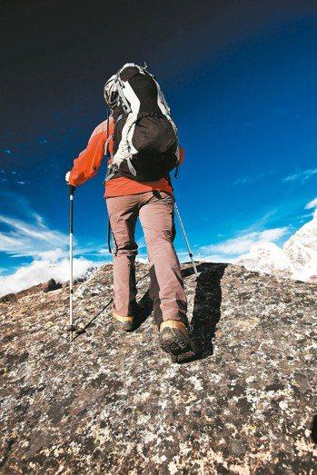 比起走平路,爬山時,對膝蓋的負擔會增加3至6倍,尤其下山對膝蓋負擔最重,也確實有...