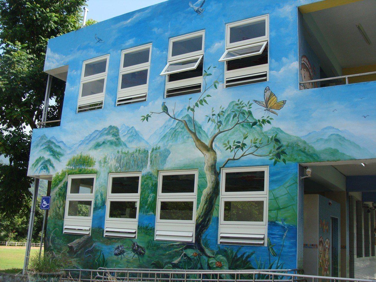 溪口國小廁所外的蝴蝶牆面。 圖/教育部提供