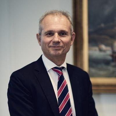 英國部分內閣大臣考慮由梅伊的副手李登頓(見圖)暫代首相職,儘管李登頓是留歐派,勢...