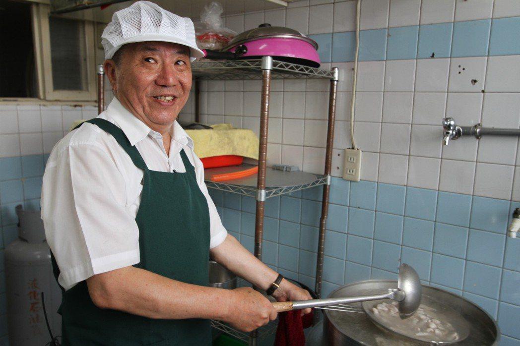 前立委蔡啟芳3年前在嘉義市政府後方開起小吃店,賣魯肉飯、豆簽羹、米粉湯等小吃。圖...