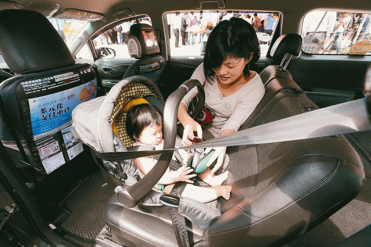 前向式兒童安全座椅較後向式安全座椅易造成嬰兒搖晃症候群腦傷。 圖/聯合報系資料照...