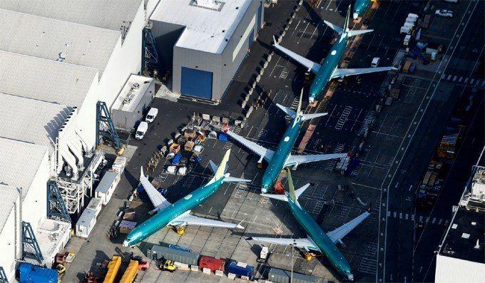 圖為停在華盛頓州倫頓(Renton)波音工廠停機坪上波音737 MAX飛機。 路...