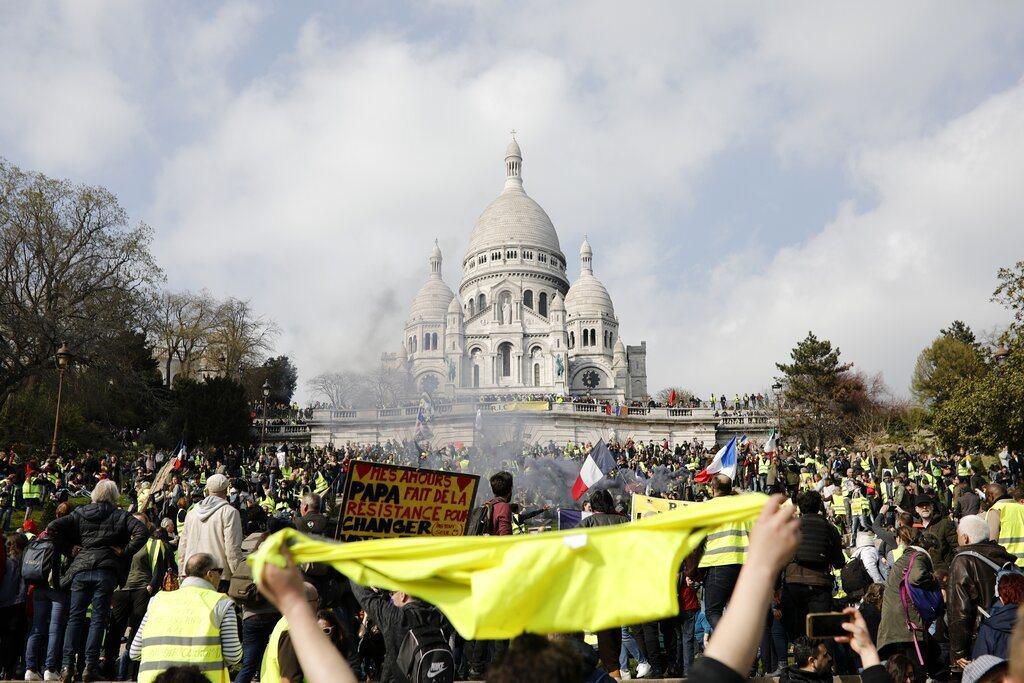 圖為抗議者在巴黎蒙馬特聖心大教堂舉行的集會活動。法國政府發誓加強安全。美聯社