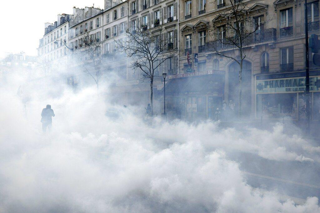 法國「黃背心」反政府示威進入第19週,警方今天在首都巴黎朝抗議群眾發射催淚瓦斯,...