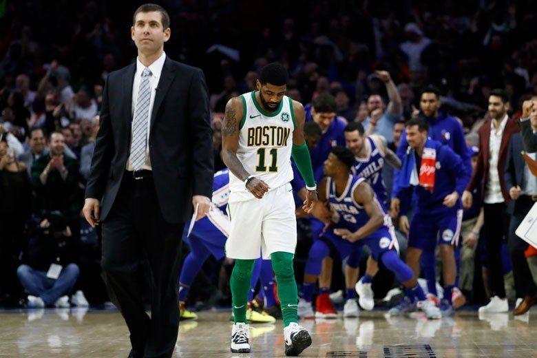 塞爾蒂克總教練史蒂文斯(左)無法幫厄文(左二)化解與其他球員中的心結,球隊不能團...