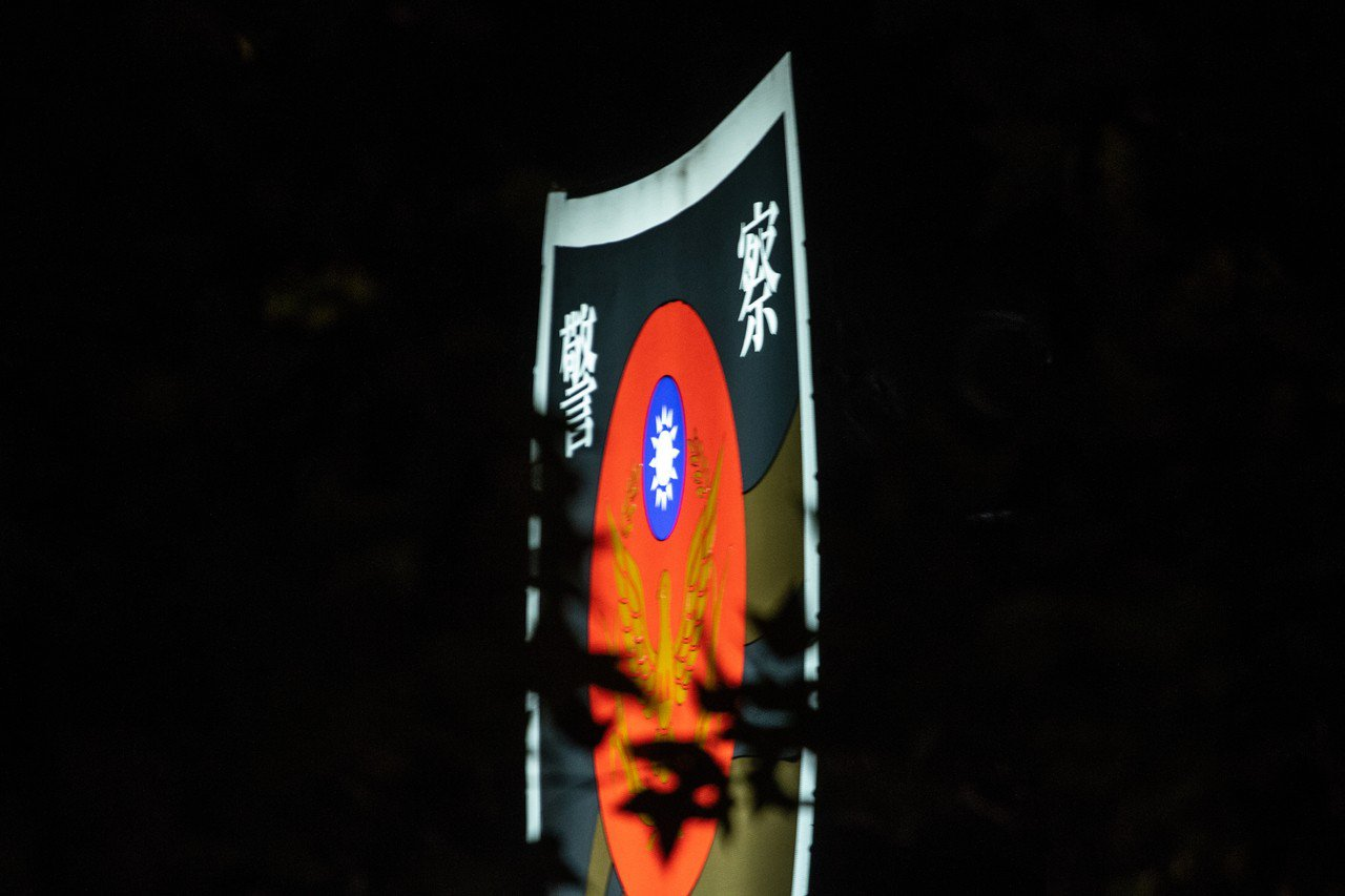 台北市西區某派出所一名羅姓警員在盤查攔檢過程中導致一名曾姓男子骨折,被質疑執法過...