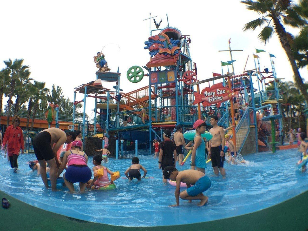 連假期間,水樂園也提前開放龍捲風、大船塢、大碗公等三項最受歡迎的玩水設施。圖/劍...