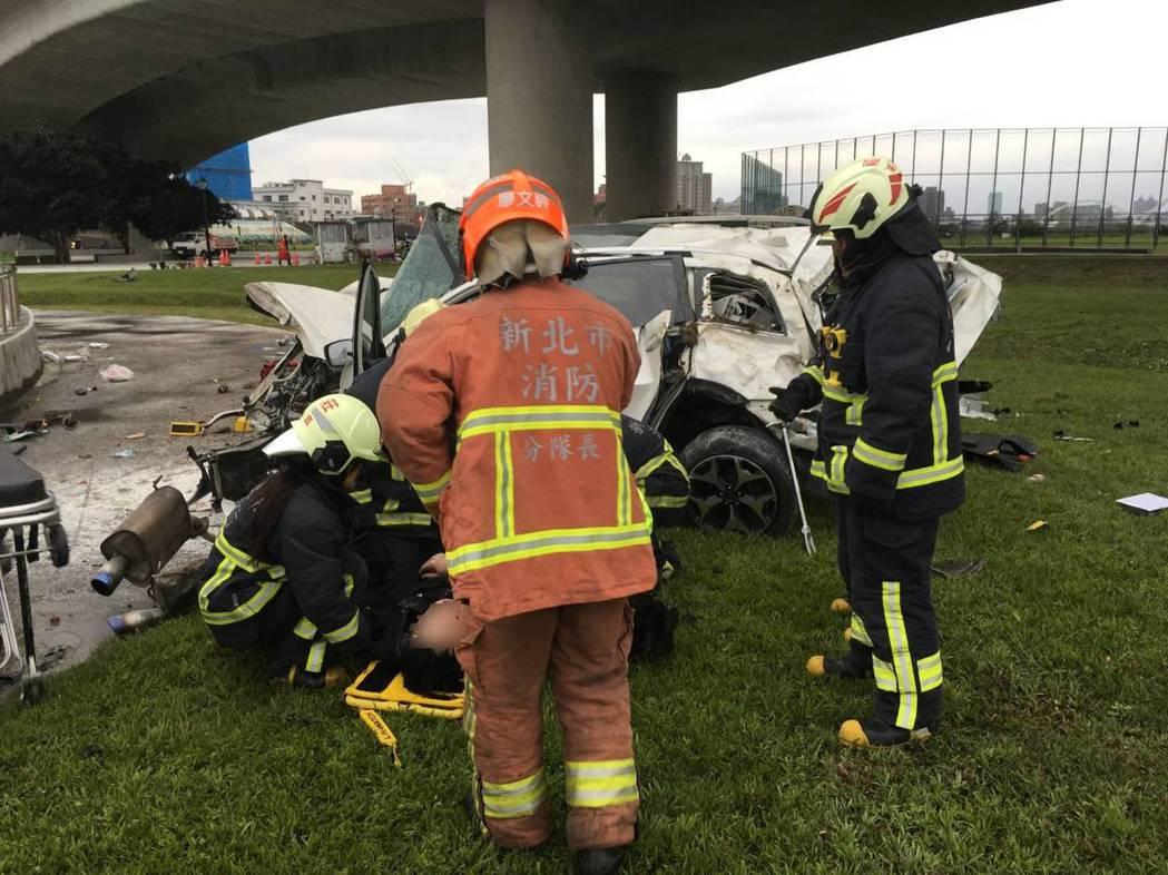 白色休旅車從大約5層樓高度的高架道路,墜落重新堤外便道旁河濱公園,車體嚴重變形。...