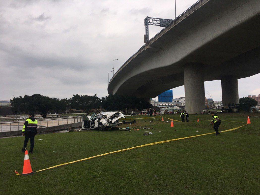 休旅車從10幾公尺高度的台65線快速道路墜落新莊堤外公園。記者林昭彰/翻攝