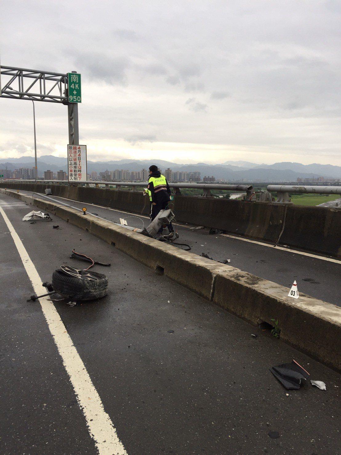 台65線快速道路發生墜橋事故,橋面上汽車零件散落滿地。記者林昭彰/翻攝