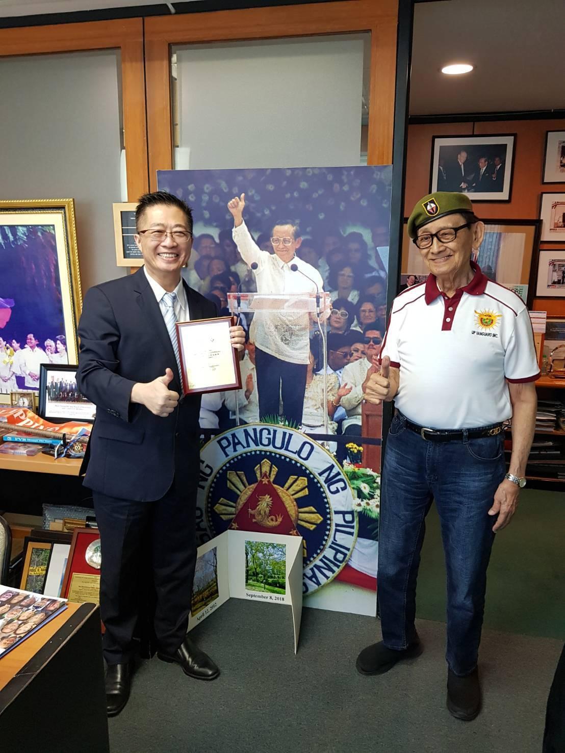 菲律賓前總統羅慕斯(右)頒發「最佳發明教育成就獎」給鄧鴻吉。圖/鄧鴻吉提供