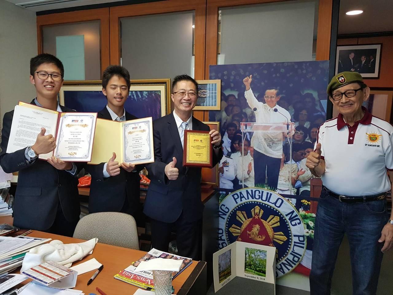 發明老師鄧鴻吉和兩個兒子鄧立維、鄧仕展昨獲菲律賓前總統羅慕斯(右)頒給「最佳發明...
