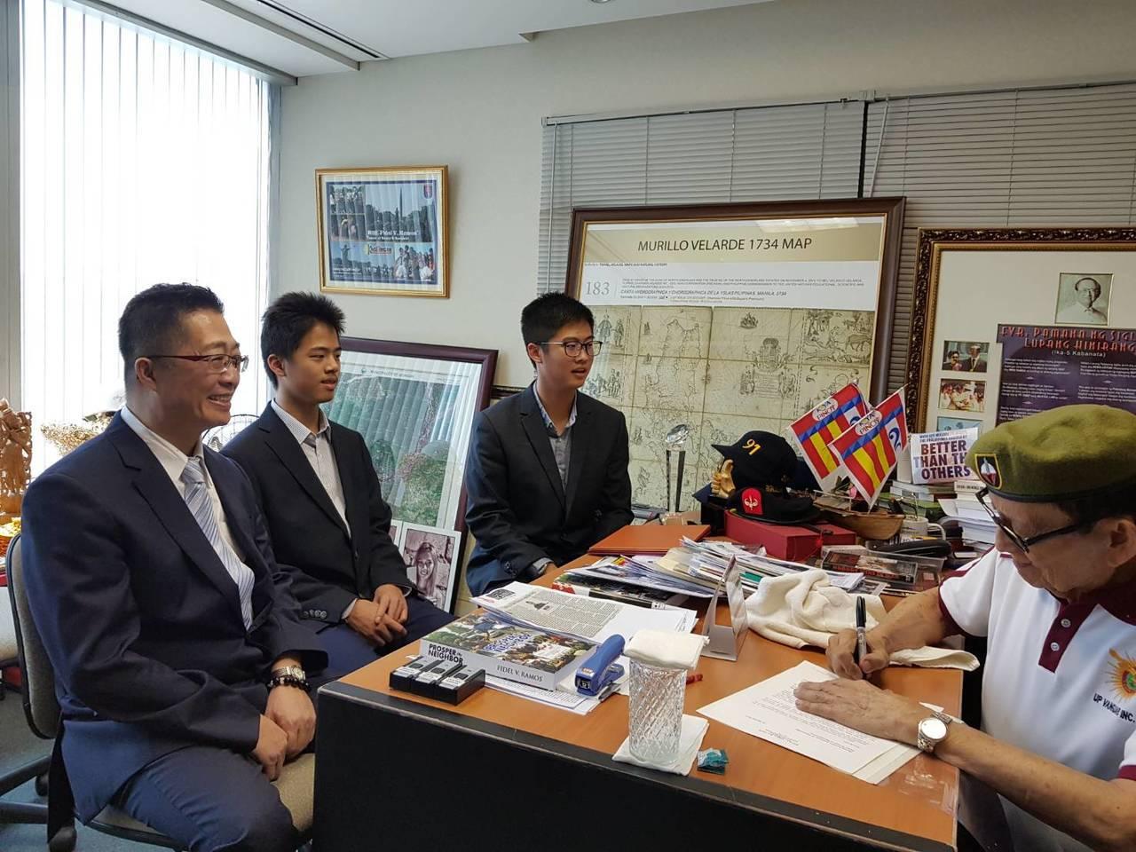 發明老師鄧鴻吉(左)和兩個兒子鄧立維、鄧仕展昨拜會菲律賓前總統羅慕斯(右)並獲頒...