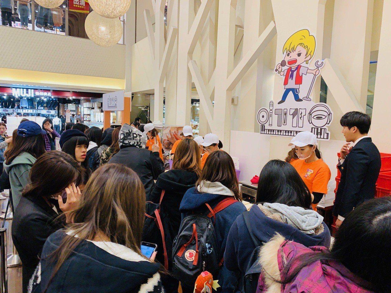 人氣歌謠三明治來台開賣首日,吸引大批民眾排隊。記者張芳瑜/攝影