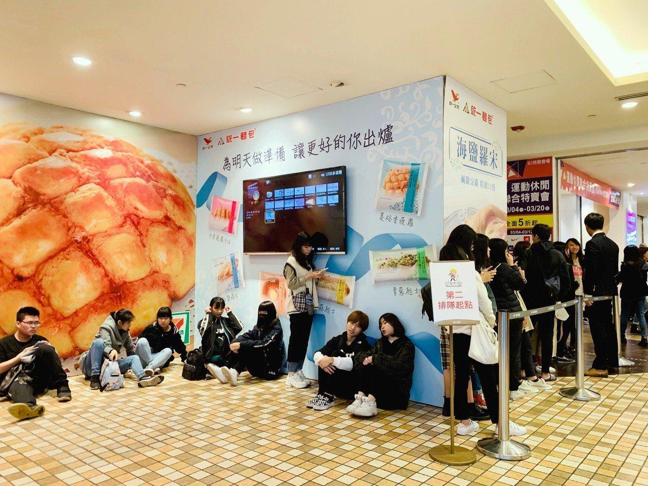 許多民眾甘願排隊等待數小時。記者張芳瑜/攝影