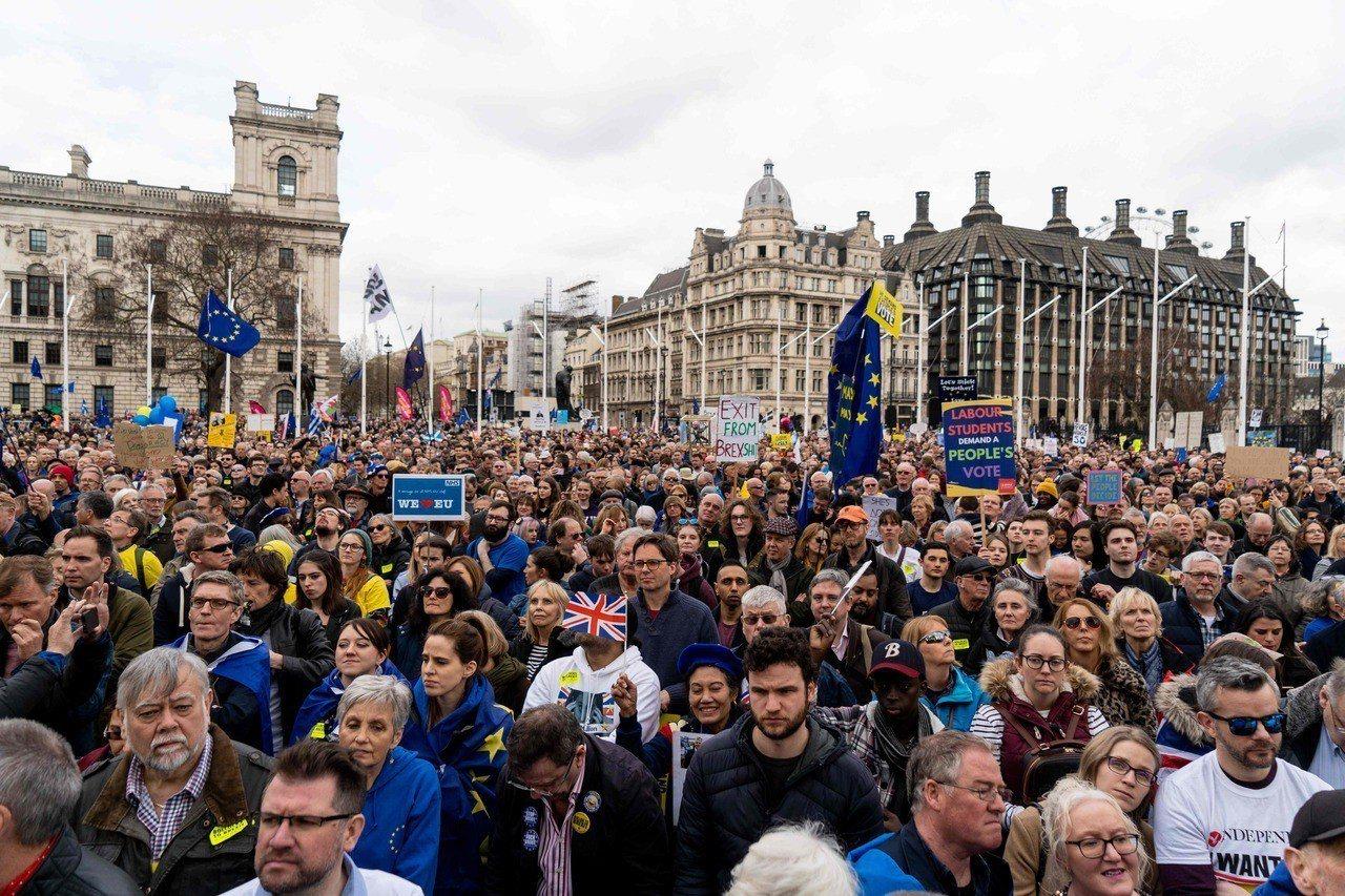 估計有超過100萬人23日走上倫敦街頭,要求二次公投,國會廣場人山人海。法新社