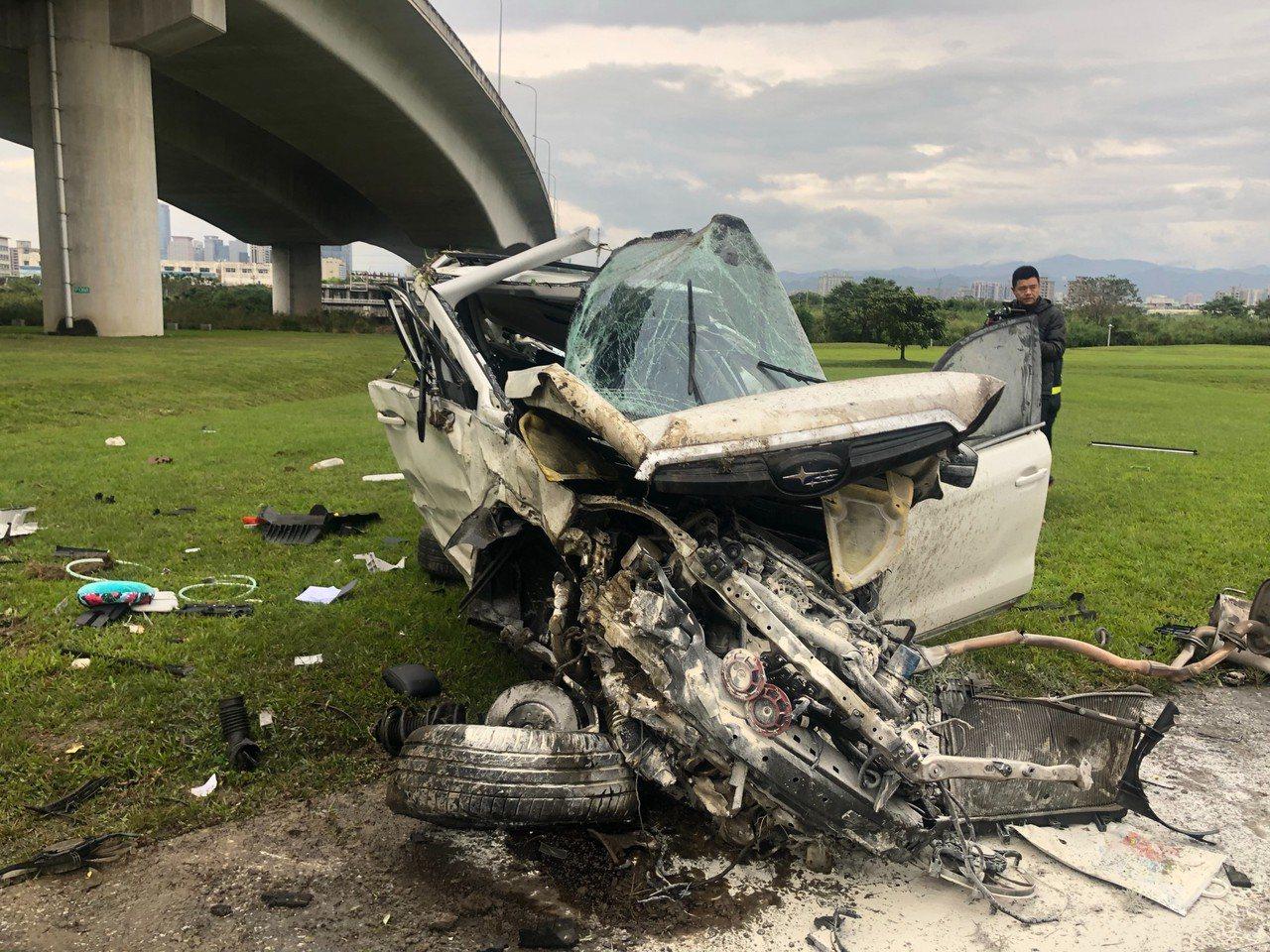 休旅車從5層樓高度的台65線快速道路墜落河濱公園草地。記者林昭彰/翻攝