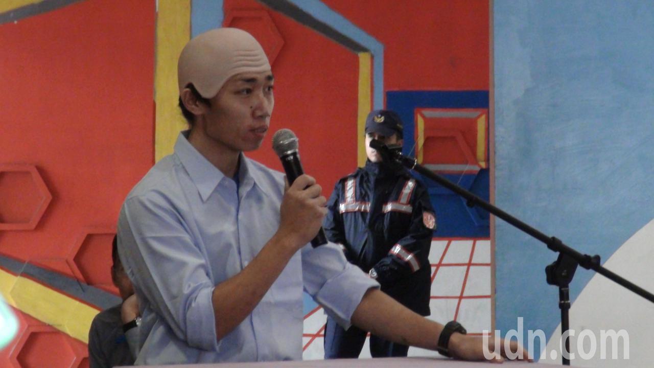 這位民眾刻意戴上禿頭頭套,還在臉上刻意畫了3顆大痣,模仿韓國瑜為緊張氣氛帶來些許...
