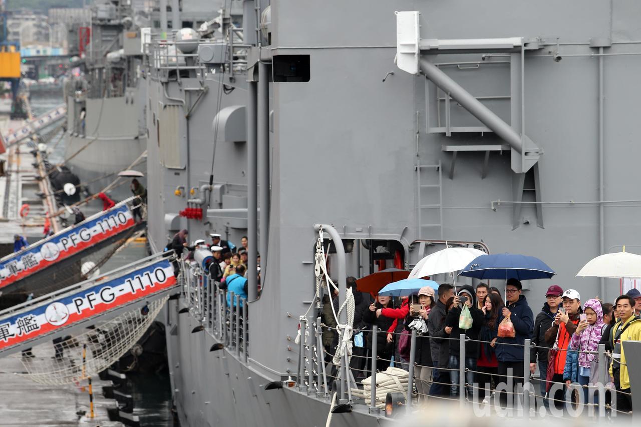 由磐石艦「油彈運補艦」、田單「成功級艦」、武昌「康定級艦」三艘組成的敦睦遠航訓練...